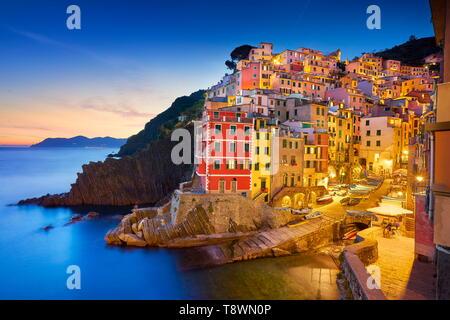Riomaggiore a la tarde al anochecer, Cinque Terre, Liguria, Italia Imagen De Stock