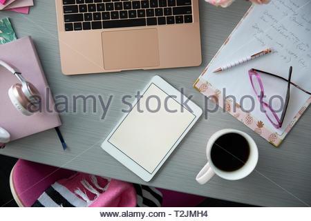 Vista desde arriba de la tableta digital y el café en la mesa. Imagen De Stock