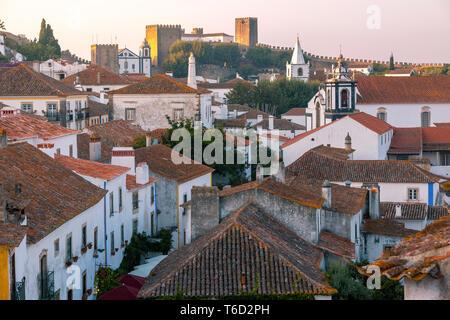 Obidos al anochecer, uno de los pueblos medievales más bellos de Portugal, tomada a los moros en el siglo 12. Imagen De Stock