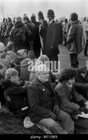 Bruce Kent, el campamento de paz de las mujeres de Greenham Common. Kent es un activista político británico y un ex sacerdote católico romano. Activo en la Campaña para el desarme nuclear la CND. 1980 1983 UK HOMER SYKES Imagen De Stock