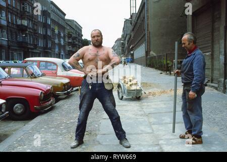 Trabajador con horribles tatous divertidas en una calle en Prenzlauer Berg, East-Berlin. 1982 Imagen De Stock