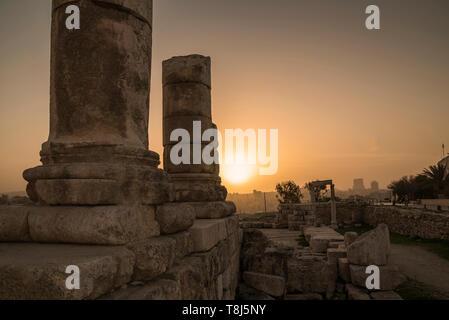 Columnas romanas al atardecer, el templo de Hércules, Ammán, Jordania Imagen De Stock