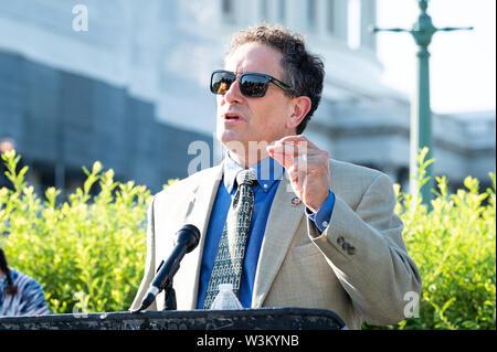 """Representante estadounidense Andy Levin (D-MI) abogar por la aprobación de la """"Prevención de la Crueldad contra los animales y la Ley de la tortura"""" o """"pacto"""" en el Capitolio en Washington, DC. Imagen De Stock"""