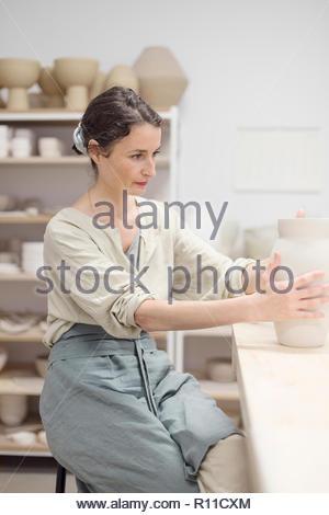 Una mujer haciendo cerámica en interiores Imagen De Stock