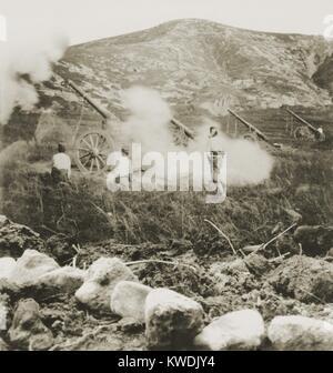 Una batería de campo japonés lanzando granadas en las posiciones rusas durante el asedio de Port Arthur. Imagen De Stock