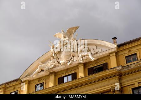 Tallas de ornamentados edificios del gobierno italiano en Roma, en el Ministerio de Economía y Finanzas, el Ministero dell'Economia e delle Finanze, en Via Cernaia. Imagen De Stock