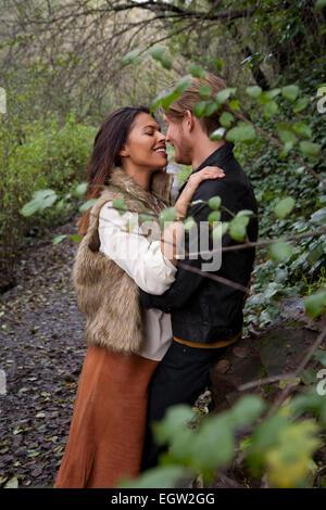 Mujer y hombre acerca de besar. Imagen De Stock