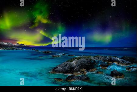 Hermosas luces del norte de la parte norte del planeta. Magníficas vistas del océano y las luces del norte con rocas y piedras. Hermoso mar Imagen De Stock