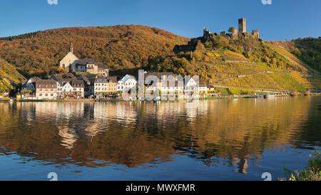 Ciudad de Beilstein con Metternich ruinas del castillo sobre el río Mosela, Renania-Palatinado, Alemania, Europa Imagen De Stock