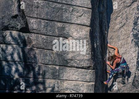 Las hembras jóvenes de escalador escalada cara, humo Bluffs, Squamish, British Columbia, Canadá Imagen De Stock