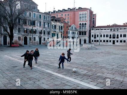 Niños jugando al fútbol en el Campo San Polo, Venecia Imagen De Stock