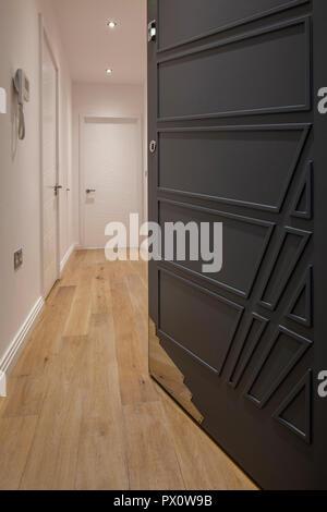 Abra la puerta frontal que conduce a un apartamento en el icónico edificio art deco Hoover en Londres (Reino Unido), que ha sido convertida en apartamentos por Interrobang Imagen De Stock