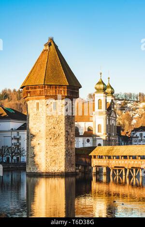 Lucerna, Suiza. Puente de la capilla (Kapellbrücke) torre del agua y la iglesia de los jesuitas Imagen De Stock