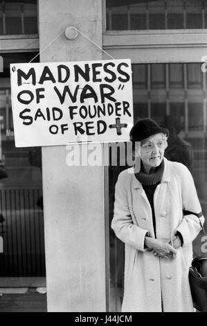 Anti guerra de las Malvinas Londres demo de mayo de 1983. Henry Dunant, fundador de la Cruz Roja manifestó: Imagen De Stock