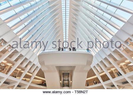 Ver a un balcón. El Oculus, World Trade Center, Centro de Transporte, la ciudad de Nueva York, Estados Unidos. Arquitecto: Santiago Calatrava, 2016. Imagen De Stock