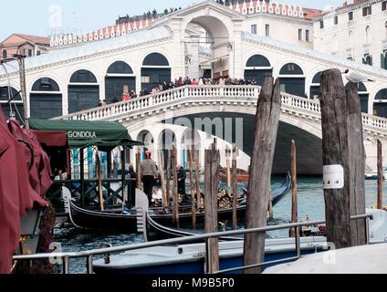 Vista desde la gondola amarres a lo largo de Riva del Vin hacia el Puente de Rialto en un día agradable en marzo. Venecia, Italia Imagen De Stock
