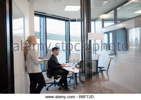 Gente de negocios viendo la presentación en la televisión en la sala reunión Imagen De Stock