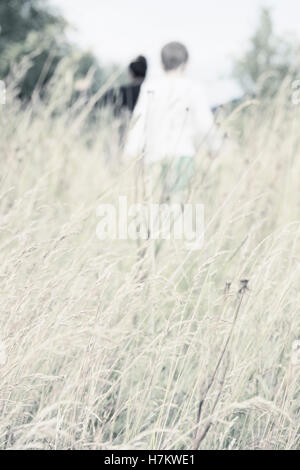 Niño caminando en el prado. Imagen de estilo de vida de la infancia aventura veraniega. Explorar la naturaleza. Imagen De Stock