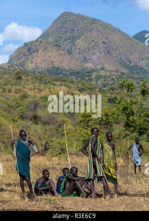 Suri tribu chicos adolescentes durante un donga ritual de combate con palo, valle de Omo Kibish, Etiopía Imagen De Stock