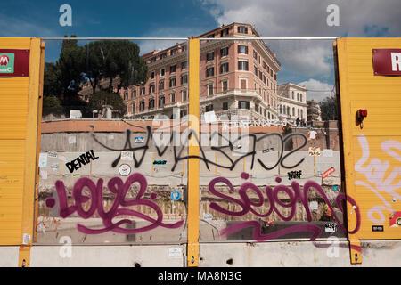 Graffiti en esgrima en torno a obras de mejora en el Coliseo, Roma Imagen De Stock