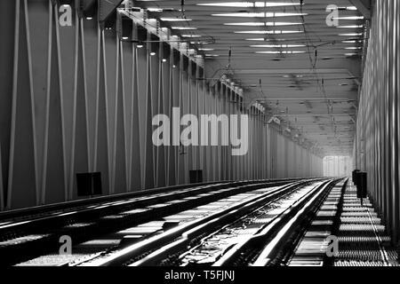 La fotografía de un puente de ferrocarril (Wittenberge, Brandenburgo). Imagen De Stock