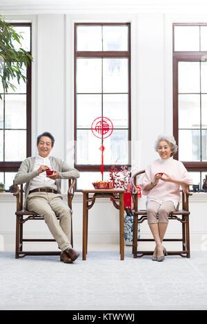 Las parejas ancianas beber té en casa Imagen De Stock