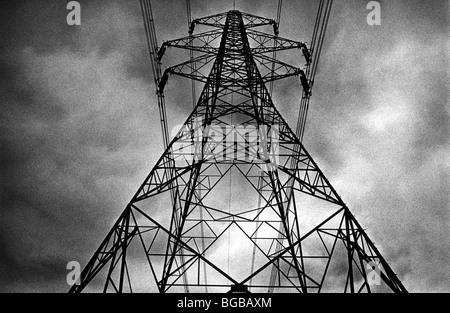 Fotografía de postes de electricidad de la red nacional de suministro de energía UK Imagen De Stock