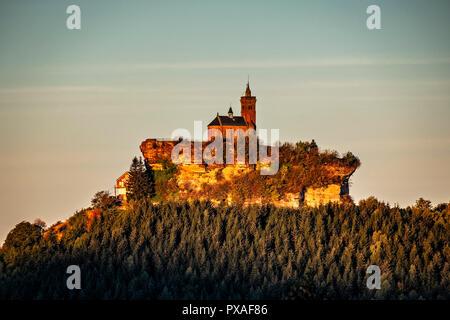 La capilla de roca Saint-Leon de Dabo, hito de Dabo en la región de los Vosgos en Francia al amanecer. Imagen De Stock