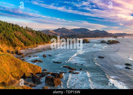 Puesta de sol sobre la costa cerca de Cannon Beach, Oregón, EE.UU. Imagen De Stock
