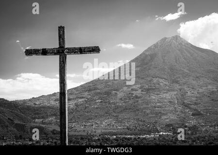 Mirador Cerro La Cruz por encima de la ciudad turística de Antigua, Guatemala con el volcán detrás en blanco y negro impresionante Imagen De Stock