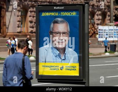 Un hombre camina pasado un cartel de la campaña electoral del partido político la posición Civil de la ex candidata presidencial Anatoly Grytsenko en Kiev.Las primeras elecciones parlamentarias tendrán lugar en Ucrania el 21 de julio de 2019. Según las encuestas de opinión, en el 2019 las elecciones parlamentarias de Ucrania 5 Partes será capaz de entrar en el Parlamento ucraniano : El presidente ucraniano Volodymyr Zelensky's partido llamado siervo del pueblo con 41,5%, pro-ruso de la oposición - Plataforma de por vida con el 12,5%, la parte de voz de estrella de rock ucraniano Svyatoslav Vakarchuk con 8.8%, la solidaridad europea de formulario. Imagen De Stock