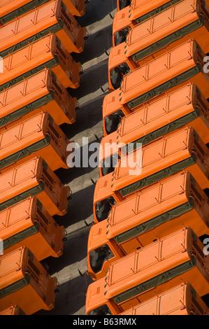 Un patio de espera para los camiones que se exportan en Tailandia camiones naranja brillante en situación altamente Imagen De Stock