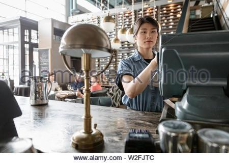 Camarera en caja registradora en wine bar Imagen De Stock
