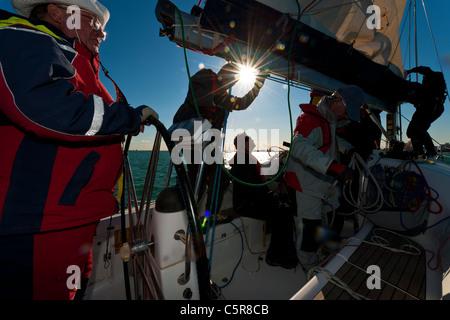 El capitán al volante de yates oceánicos con el trabajo de la tripulación. Imagen De Stock