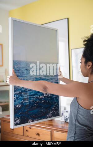 Afroamericana admirando gran fotografía del océano Imagen De Stock