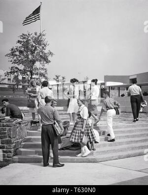 1960 1950 estudiantes adolescentes en pasos fuera un alto edificio escolar - s8778 HAR001 HARS ARQUITECTURA HEMBRAS SALUBRIDAD COPIA ESPACIO DE LONGITUD COMPLETA AMISTAD PERSONAS VARONES ADOLESCENTE ADOLESCENTE Los edificios B&W felicidad propiedades de estilos NETWORKING EXCITACIÓN EXTERIOR High School secundaria Estructuras conexión inmobiliario elegante edificio adolescente MODAS JUVENILES DE CRECIMIENTO COMPAÑERISMO EN BLANCO Y NEGRO la etnia CAUCÁSICA HAR001 ANTICUADO Imagen De Stock