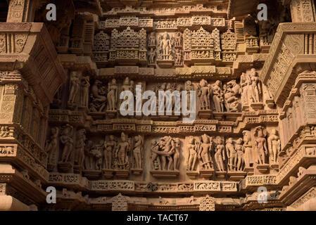 SSK - 177 hermosas esculturas de surasundaries o bellezas celestiales y los dioses y diosas y tallados en la antigua arquitectura exterior del templo de Laxmana Khajuraho, Madhya Pradesh, India Asia 11 de diciembre de 2014 Imagen De Stock
