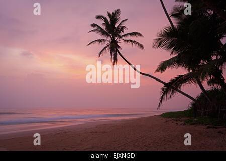 Playa desierta cerca de UNAWATUNA Imagen De Stock