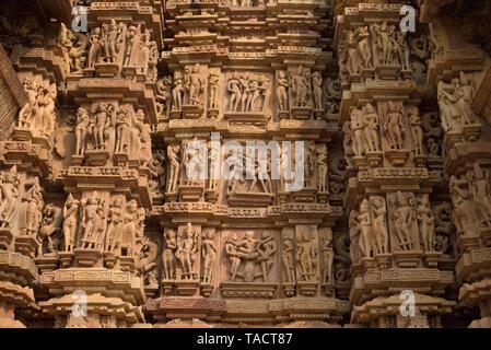 SSK - 311 bellamente y exquisitamente ordenados esculturas de surasundaris o bellezas celestiales y los dioses y diosas en la pilastra de un antiguo templo llamado Kandariya Mahadev dedicado al dios hindú Shiva El Señor Khajuraho, Madhya Pradesh, India Asia el 12 de diciembre de 2014 Imagen De Stock