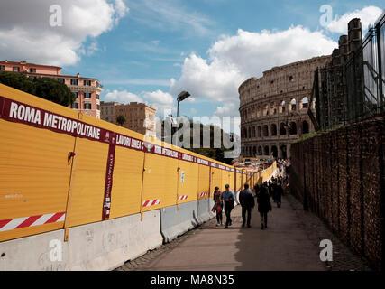 Construcción de obras en los alrededores del Coliseo, Roma 2018 en relación con la construcción de la línea C del metro de Roma Imagen De Stock