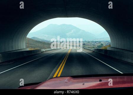 Conducir el vehículo a través del túnel, Silverthorne, Colorado, EE.UU. Imagen De Stock