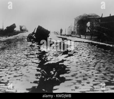 Fisura y hundirse en East Street cerca del Edificio Ferry tras el terremoto de San Francisco de 1906. Un carro cayó Imagen De Stock