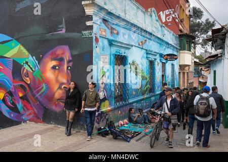 Arte en la calle, en la Plaza de chorro de Quevedo, La Candelaria, Bogotá, Colombia Imagen De Stock