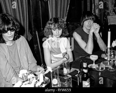 Los miembros del grupo de rock estadounidense The Ramones en una cena después de la filmación del show de televisión alemana Musikladen. A la izquierda, Joey Ramone, y a la derecha, Johnny Ramone. Bremen, 10 de septiembre de 1978 Imagen De Stock