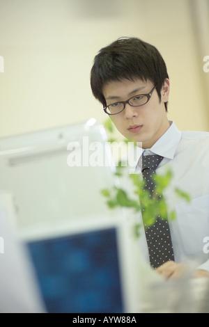 Trabajador de oficina con un ordenador Imagen De Stock