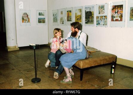 """Los jóvenes alemanes en una sala de la """"Haus der Jungen Talente' (Casa de Jóvenes Talentos) en Berlín Oriental. 1982 Imagen De Stock"""