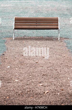 Banco del parque de madera vacías. Concepto de ausencia, vacío y tranquilidad Imagen De Stock