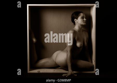 Mujer desnuda estiramiento en la casilla Imagen De Stock