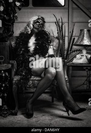 Imagen en blanco y negro de mujer desnuda en boa y sacaderas portando máscaras Bauta Imagen De Stock