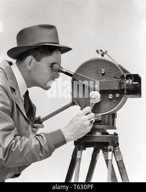 1930 Retrato hombre perfil operativo CINEMATÓGRAFA AKELEY MANIVELA PORTÁTIL cámara de película en película de 35 mm montado sobre un trípode - u137 HAR001 HARS HISTORIA EMPLEO ESTUDIO SHOT FILMACIÓN RURAL copia de media longitud del espacio físico de personas inspiración machos CAMARÓGRAFO CONFIANZA ENTRETENIMIENTO Trípode portátil B&W ÉXITO VISIÓN ARTES ESCÉNICAS ocupación habilidades Habilidades felicidad aventura y emoción conocimiento operativo dirección fotografiando por oportunidad las ocupaciones utilizadas imaginación CONCEPTUAL ELEGANTE US Army creatividad directores ideas mediados de adulto hombre adulto medio montado CARL AKELEY BLANCO Y NEGRO Imagen De Stock